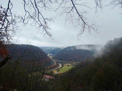 Blick ins Tal, der Nebel verzieht sich allmählich