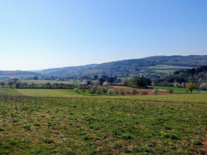 Die Landschaft liegt still in der Mittagssonne