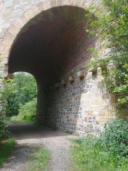 Ich bin wieder im Tal und laufe unter einer Eisenbahnbrücke hindurch