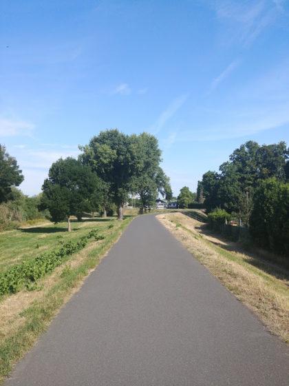 Der Pfad ist flach wie ein holländischer Radweg