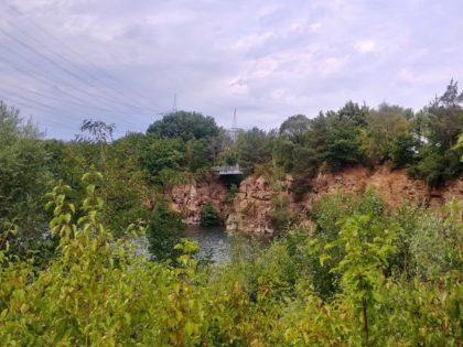 Blick auf die Canyonbrücke, die eine Lücke zwischen zwei Felsen überwindet