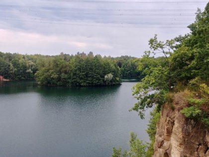 Blick von der Canyonbrücke auf den Vogelsberger See