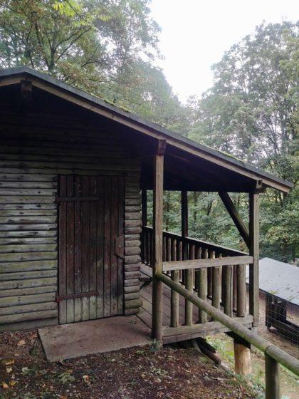 Hütte am Rande eines Wildgeheges