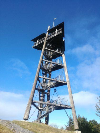 Der 31 Meter hohe Eugen-Keidel-Turm auf dem Gipfel