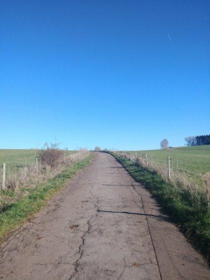 Einer dieser Asphaltwege, die überall zwischen den Dörfern verlaufen