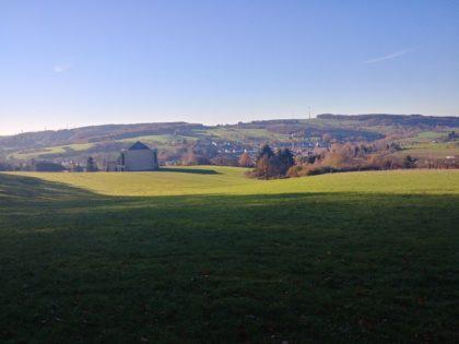 Oberhalb von Wustweiler mit Blick über die Hügel; im Vordergrund das Statio Dominus Mundi, ein Sakralbau