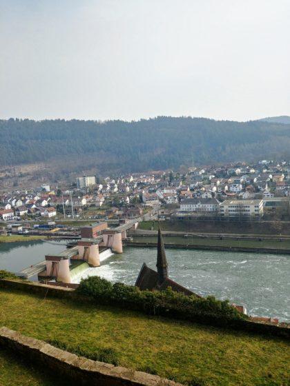 Blick vom Schloss auf die Schleusenanlage und den Stadtteil Ersheim