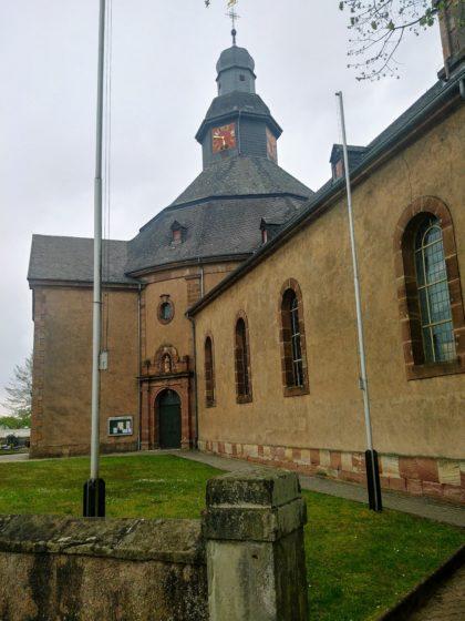 Die Kirche von Siersburg - von hier aus habe ich noch ein paar hundert Meter bis zum Bahnsteig zu gehen