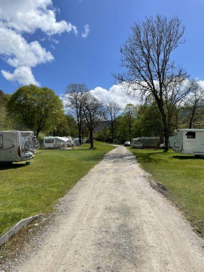 Weg auf dem Campinggelände  in Fleurier, Schweiz/Piticave