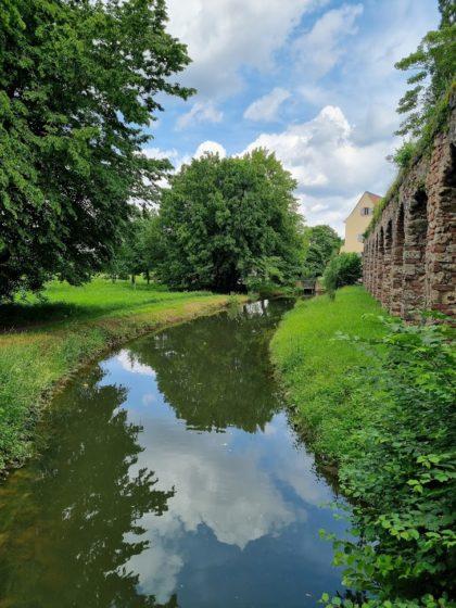 Das Aquädukt setzt sich außerhalb des Schlossgartens fort