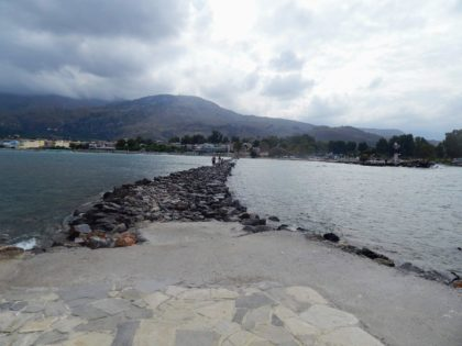 Schotterweg durchs Meer in Georgioupolis/anno21
