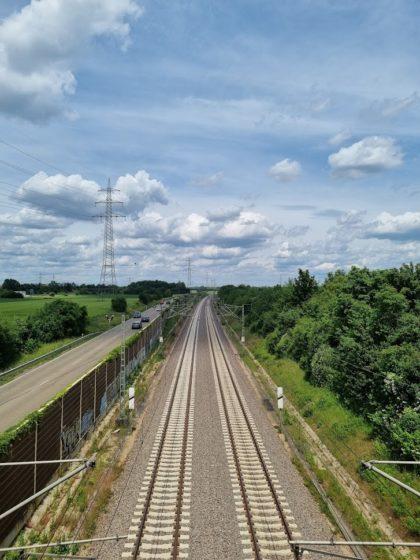 Kurz vor Ketsch überqueren wir Bahngleise und eine Straße